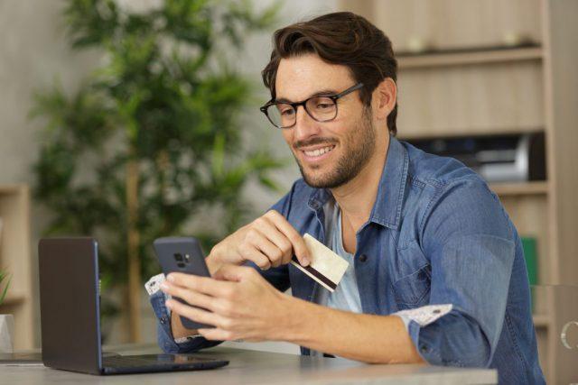 Potrzebna Ci karta kredytowa? Sprawdź, czym się kierować przy wyborze oferty!